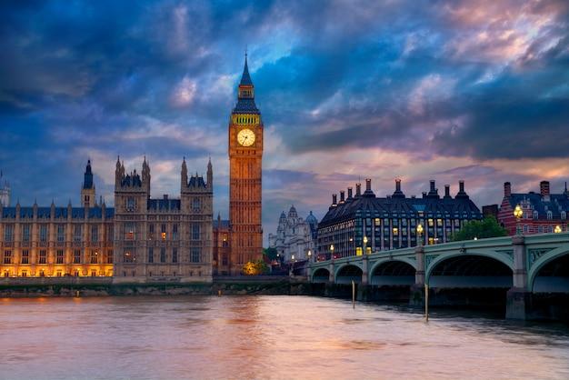Big ben clock tower london al tamigi Foto Premium