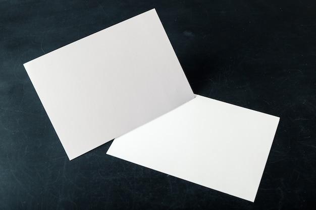 Biglietti da visita in bianco di carta appoggiati sulla pila Foto Premium