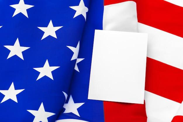 Biglietto da visita bianco con bandiera americana Foto Premium