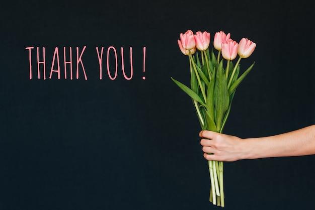 Un Mazzo Di Fiori Composto Da 5 Rose 7 Tulipani.Biglietto Di Auguri Con La Scritta Grazie Mazzo Dei Fiori Rosa