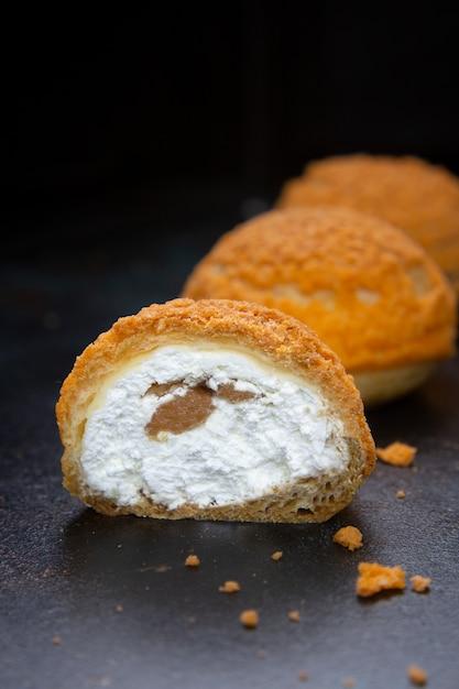 Bignè alla crema di bignè alla torta di profiteroles fatti in casa Foto Premium