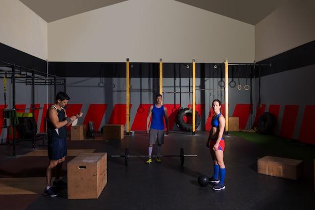 Bilancieri di allenamento di gruppo palestra palle e salto Foto Premium