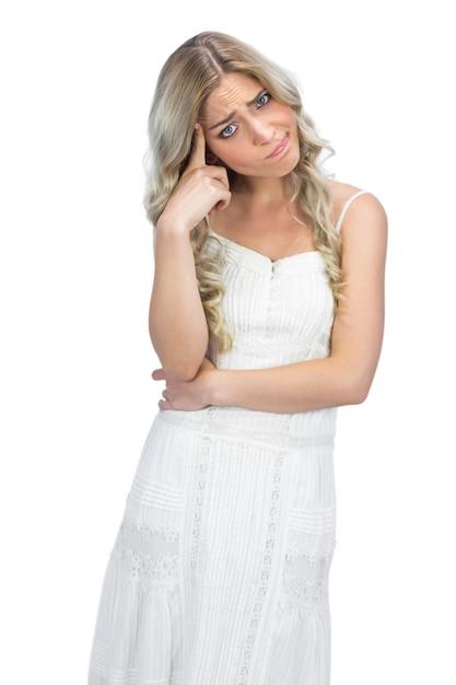Bionda dai capelli ricci con postura interrogativa Foto Premium