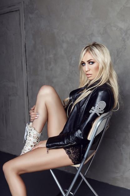 Bionda sexy in intimo nero e giacca di pelle Foto Premium