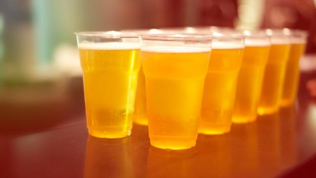 Birra, alcool, feste, party, divertimento, birra in un bicchiere Foto Premium