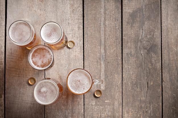 Birra di vetro su fondo di legno Foto Premium