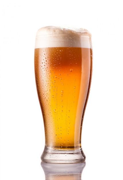 Birra fredda leggera in vetro gelido isolato su bianco Foto Premium