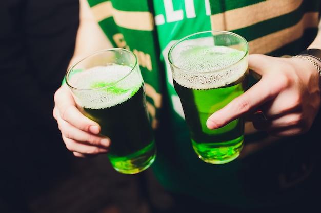 Birra verde per celebrare il giorno di san patrizio Foto Premium
