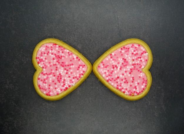 Biscotti a forma di cuore fatti in casa, concetto di amore Foto Premium