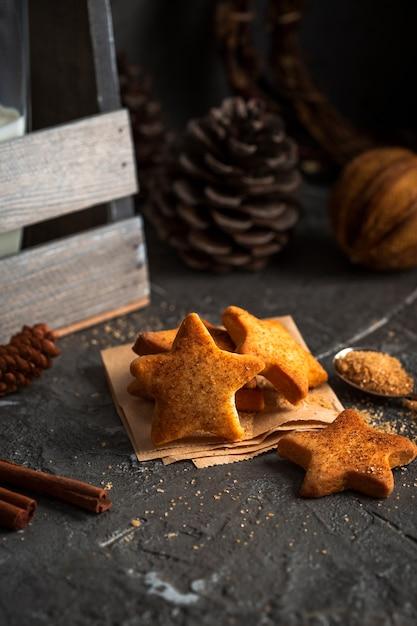 Biscotti a forma di stella con pigna Foto Gratuite