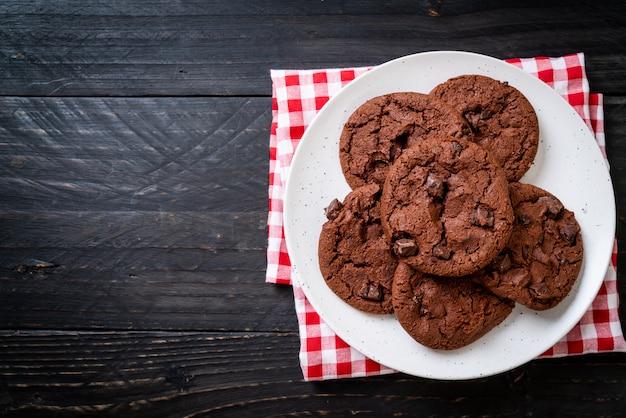 Biscotti al cioccolato con gocce di cioccolato Foto Premium