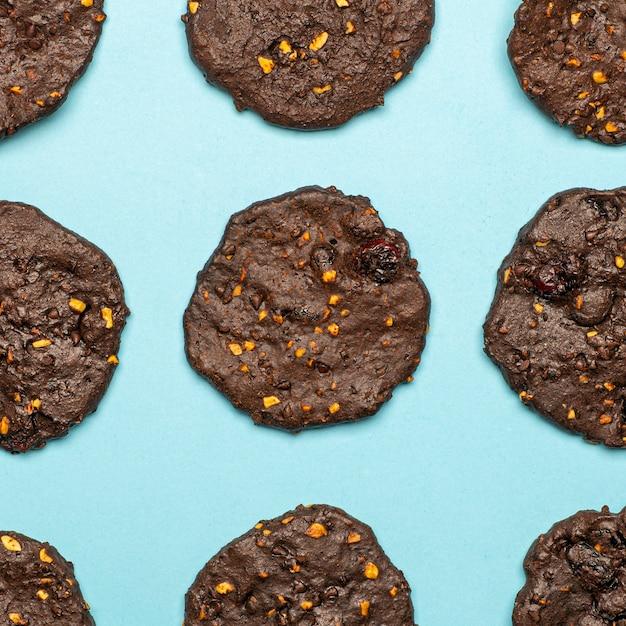 Biscotti al cioccolato senza glutine fatti in casa con cereali, noci e cacao biologico. Foto Premium
