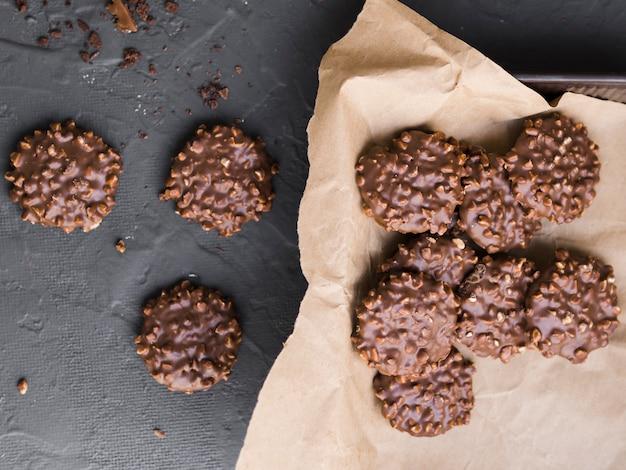 Biscotti alle noci ricoperti di cioccolato sparsi sul tavolo Foto Gratuite