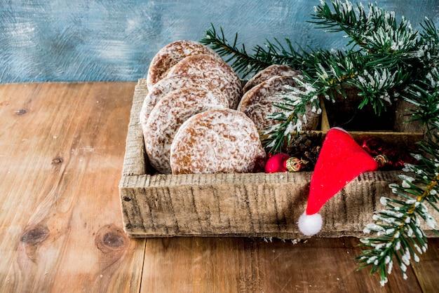 Biscotti classici del pan di zenzero di natale con le decorazioni di natale Foto Premium