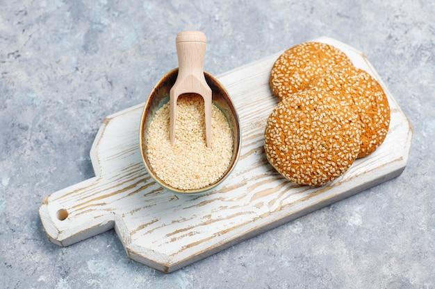 Biscotti con semi di sesamo sulla superficie del calcestruzzo, vista dall'alto Foto Gratuite