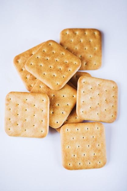 Biscotti del cracker isolati su bianco Foto Premium