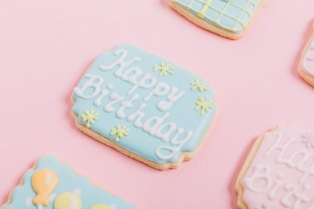 Biscotti Del Pan Di Zenzero Del Testo Di Compleanno Sul Contesto