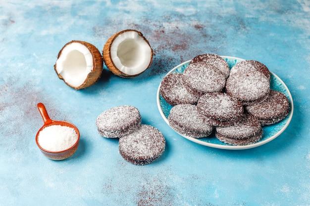 Biscotti deliziosi della noce di cocco e del cioccolato con la noce di cocco, vista superiore Foto Gratuite