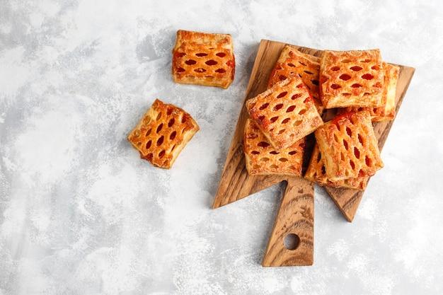 Biscotti deliziosi dolci con l'inceppamento della frutta, vista superiore Foto Gratuite