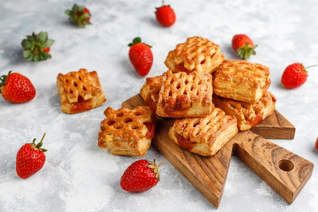 Biscotti deliziosi dolci della fragola con gli stawberries maturi, vista superiore Foto Gratuite