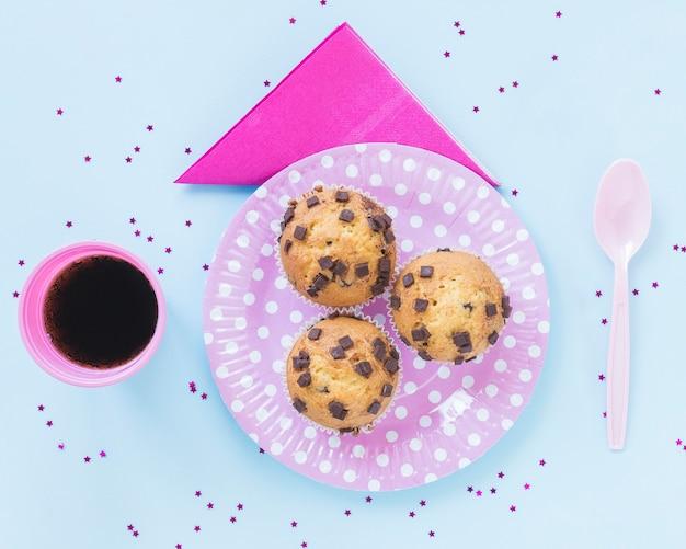Biscotti deliziosi sul piatto rosa Foto Gratuite