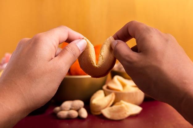 Biscotti della fortuna in mani per il nuovo anno cinese Foto Gratuite