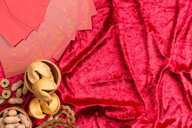 Biscotti della fortuna su velluto per il nuovo anno cinese Foto Gratuite