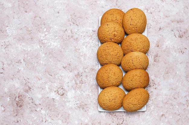 Biscotti di burro di arachidi di stile americano su fondo in cemento leggero. Foto Gratuite