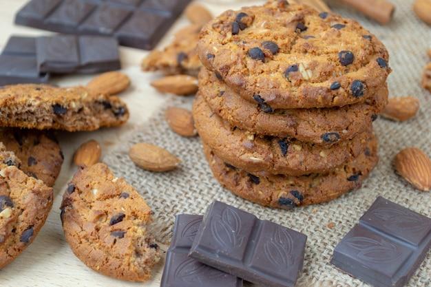 Biscotti di farina d'avena con cioccolatini e noci su un tavolo di legno. Foto Premium