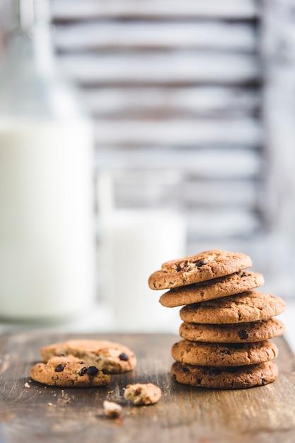 Biscotti di farina d'avena con cioccolato e latte Foto Premium