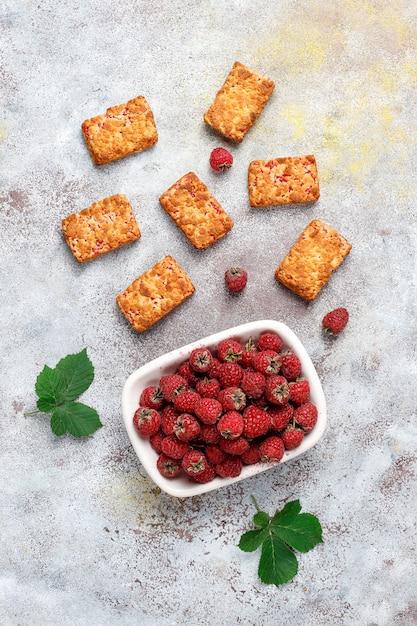 Biscotti di marmellata di lamponi deliziosi dolci con lamponi maturi, vista dall'alto Foto Gratuite