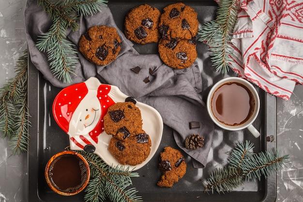 Biscotti di natale con cioccolato e tazza di cacao, sfondo scuro. concetto di sfondo di natale. Foto Premium