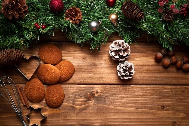 Biscotti di natale di vista superiore con fondo di legno Foto Gratuite