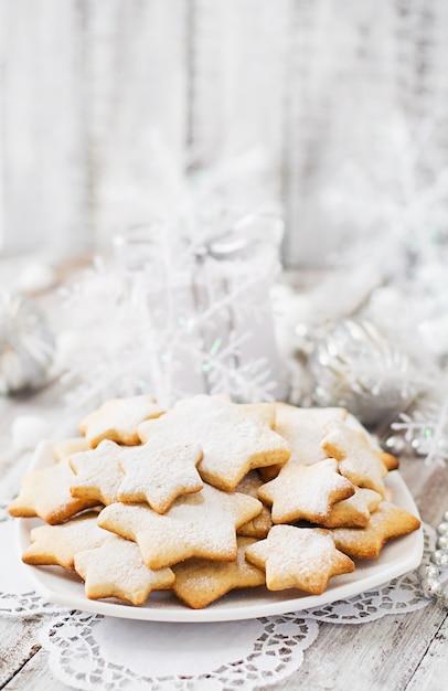 Biscotti e canutiglia di natale su una tabella di legno Foto Premium