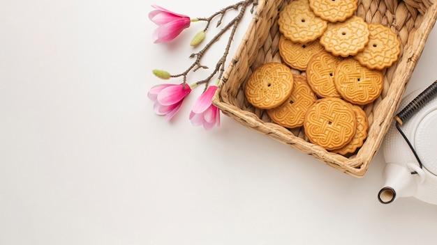 Biscotti e fiori casalinghi freschi con lo spazio della copia Foto Gratuite
