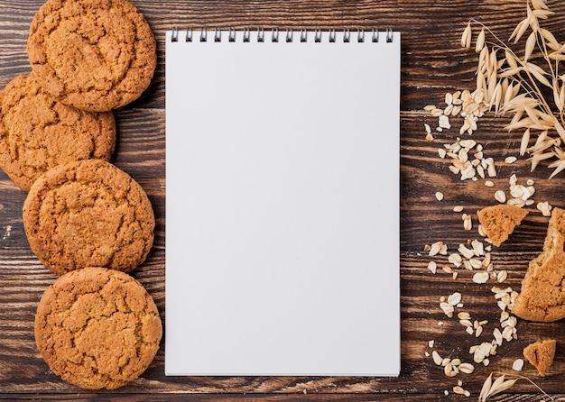 Biscotti e grano con il fondo dello spazio della copia Foto Gratuite