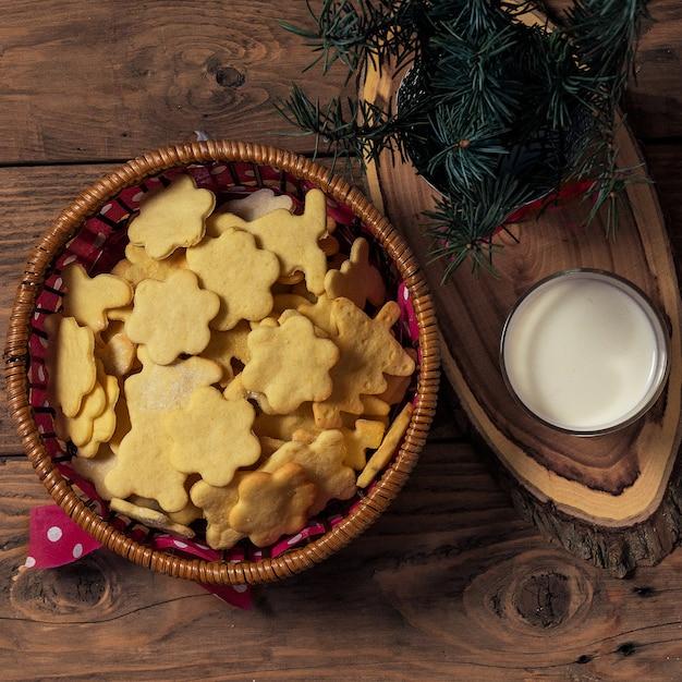 Biscotti e latte di natale per il babbo natale su legno. Foto Premium