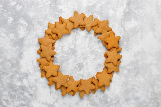 Biscotti fatti in casa tradizionali del pan di zenzero su calcestruzzo grigio, fine su, natale, vista superiore, disposizione piana Foto Gratuite