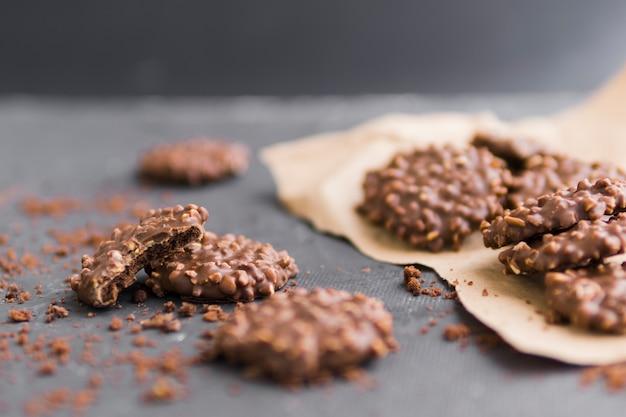 Biscotti glassati al cioccolato con briciole su carta artigianale Foto Gratuite