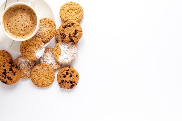 Biscotti squisiti e una tazza di caffè Foto Gratuite