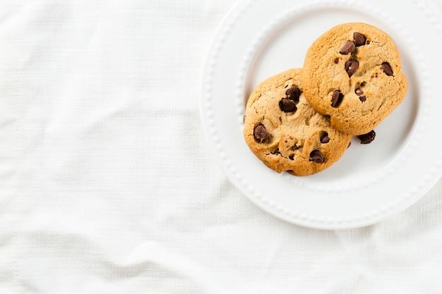 Biscotti sul piatto con fondo bianco Foto Gratuite