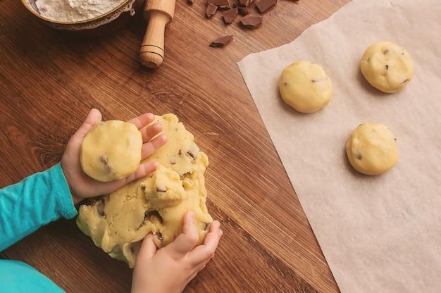 Biscotti, torte, cucinare le proprie mani. messa a fuoco selettiva Foto Premium