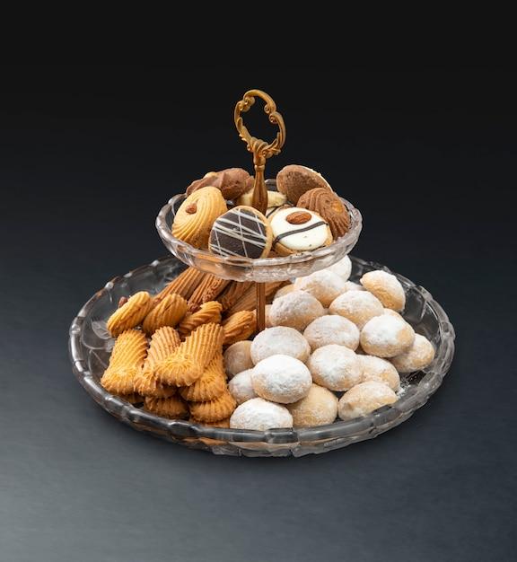 Biscotti tradizionali di eid, spuntini musulmani di festa sul nero Foto Premium