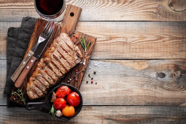 Bistecca alla bistecca, grigliata con pepe e aglio. Foto Premium