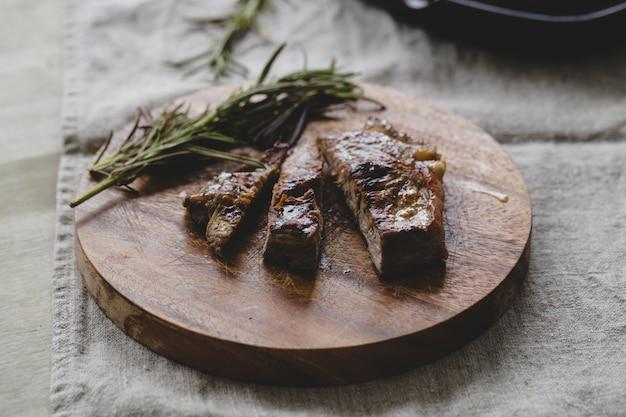 Bistecca alla griglia sul tavolo Foto Gratuite