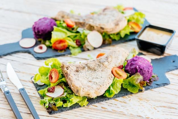 Bistecca di carne alla braciola di maiale alla griglia Foto Gratuite