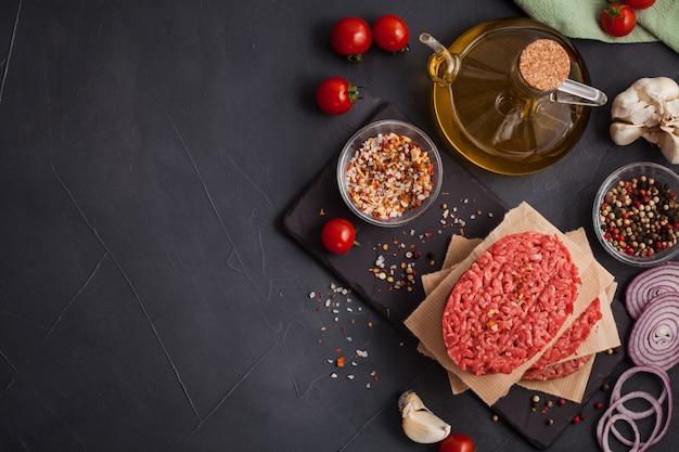 Bistecca di carne di manzo tritata biologica cruda fatta in casa Foto Premium