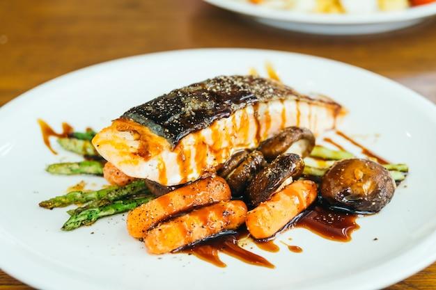 Bistecca di filetto di salmone alla griglia con verdure Foto Gratuite