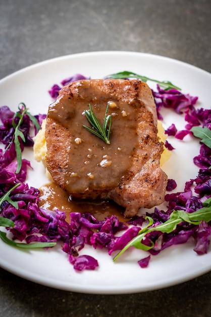 Bistecca di maiale con cavolo rosso e purè di patate Foto Premium