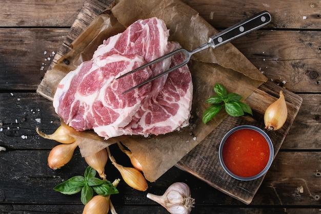 Bistecca di maiale cruda Foto Premium